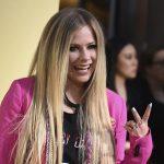 Avril Lavigne fue vista romanceando en una cita muy punk, de la mano de su nuevo novio